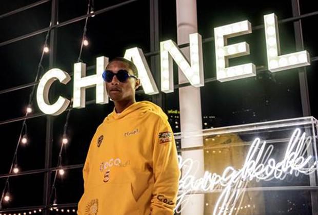 Pharrell usando um moletom da sua coleção cápsula para a Chanel (Foto: Divulgação )