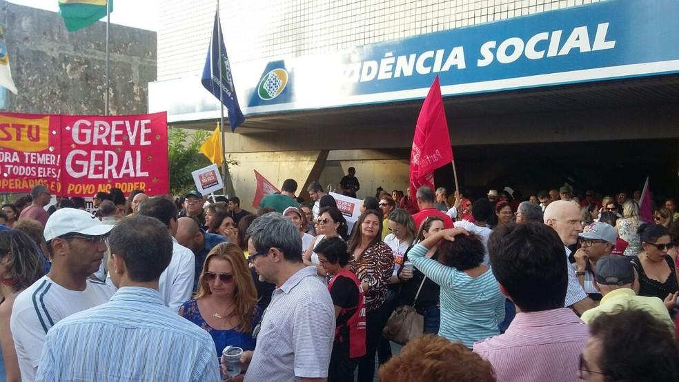 Centrais sindicais se reuniram em frente à sede do INSS de Natal, na Zona Leste, para protestar contra a reforma da Previdência (Foto: Sérgio Henrique Santos/Inter TV Cabugi)