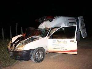 Motorista da ambulância sofreu apenas ferimentos leves (Foto: Sessé Guimmas/MedeirosDiaDia)