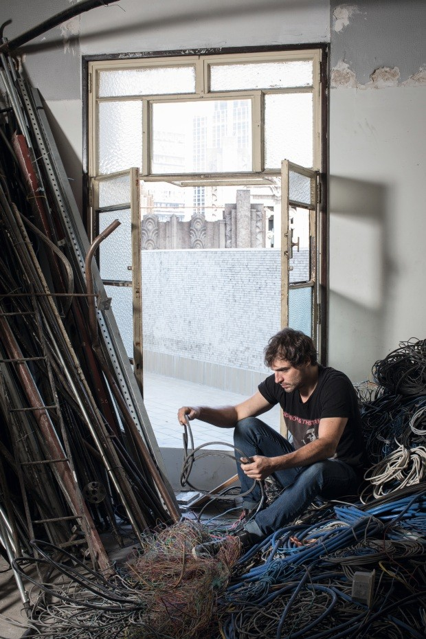 Marcelo Stefanovicz criou uma coleção de móveis com escombros do Centro Cultural de São Paulo (Foto: Deco Cury)