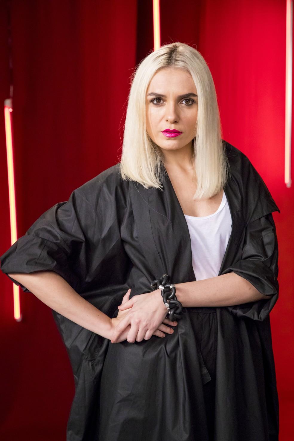 Monica Iozzi é Kim, em 'A Dona do Pedaço', consultora das blogueiras Vivi (Paolla Oliveira) e Jô (Agatha Moreira) — Foto: TV Globo/João Cotta
