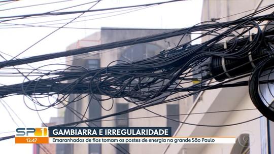 Fios e cabos tomam postes de energia da grande São Paulo
