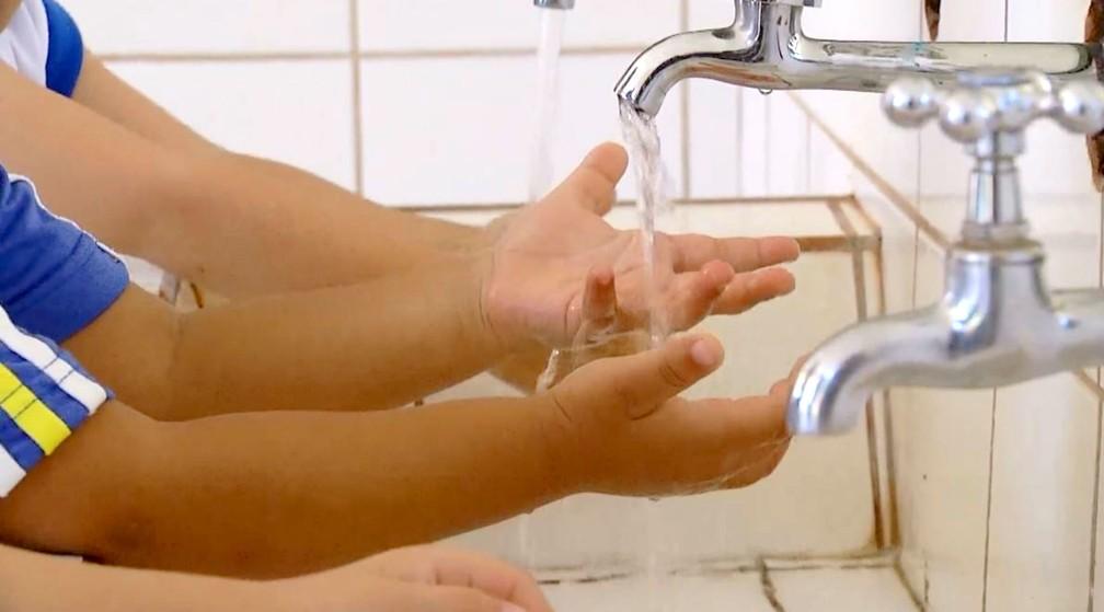 Atividades corriqueiras como lavar as mãos ganharam atenção especial na creche de Ourinhos — Foto: TV TEM/Reprodução