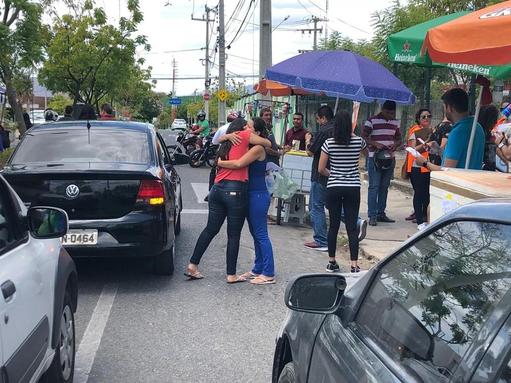 Mãe deixa filha em local de prova em Sobral (CE) e dá abraço de boa sorte  — Foto: Mateus Ferreira/SVM