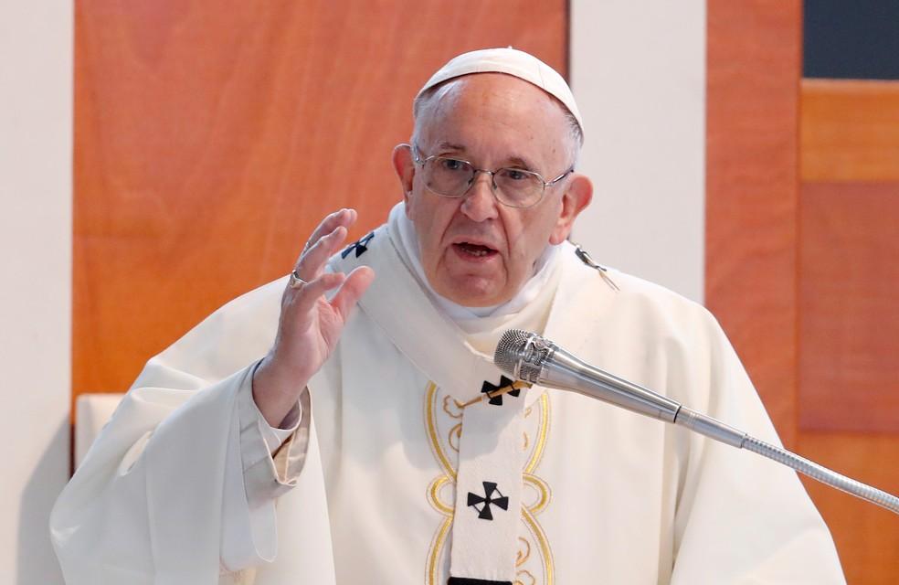 Papa Francisco fala durante visita pastoral à igreja de San Paolo a Corviale, em Roma, em 15 de abril de 2018 (Foto: Remo Casilli/Reuters)