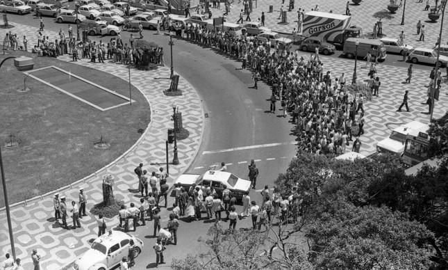 Expectativa por causa de maleta preta na Cinelândia, em 2 de outubro de 1980