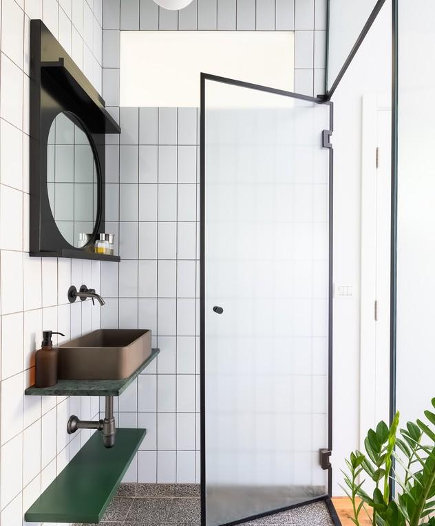 Décor do dia: banheiro com piso de terrazzo e cuba de sobrepor  (Foto: Ido Aden)