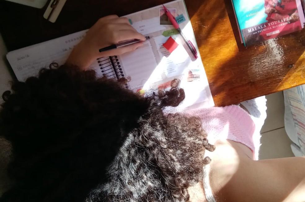 Karen Reis, de 17 anos diz que ficou decepcionada com a suspensão do vestibular da Universidade de Brasília (UnB) para o segundo semestre deste ano, por causa do novo coronavírus.  — Foto: Arquivo pessoal