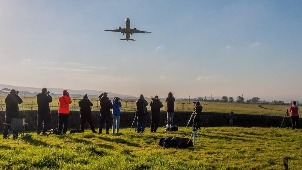Grupo de Observadores de Aeronaves de Glasgow conseguiu acesso privilegiado para observar decolagens de aviões no aeroporto da cidade — Foto: Kevin McGonigle/BBC