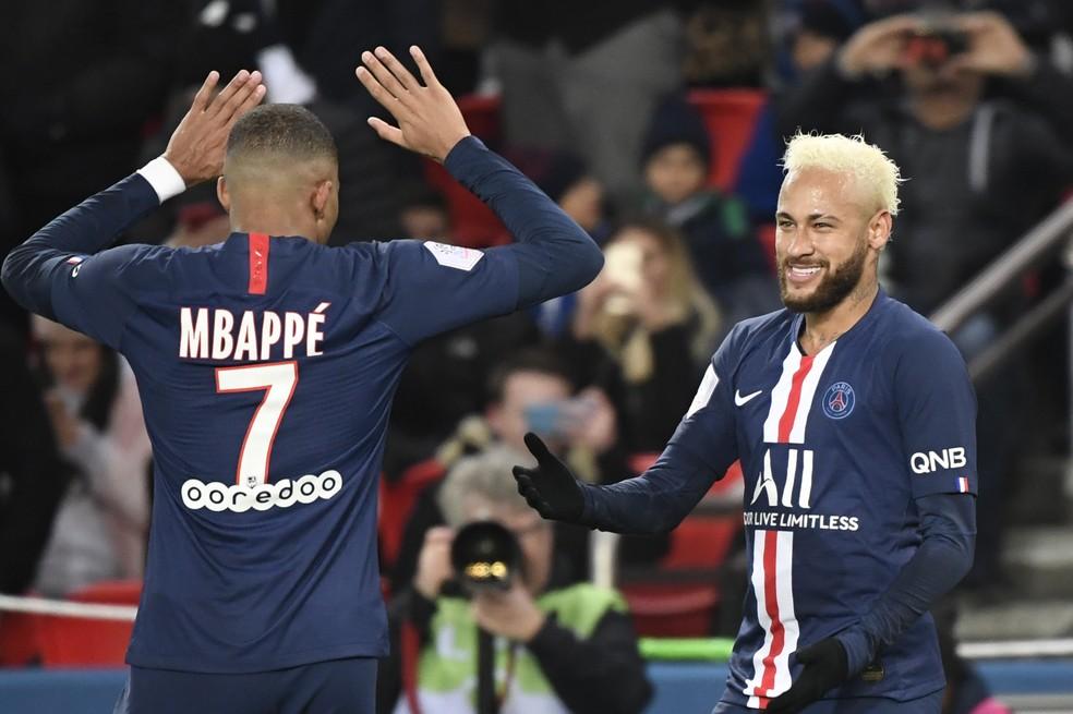 Mbappé e Neymar comemoram na partida entre PSG e Monaco — Foto: Bertrand Guay/AFP