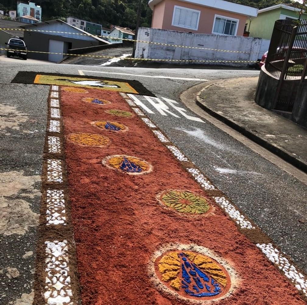Tapetes foram montados por fiéis em paróquia de Poços de Caldas (MG) (Foto: Darci Donizetti da Silva)