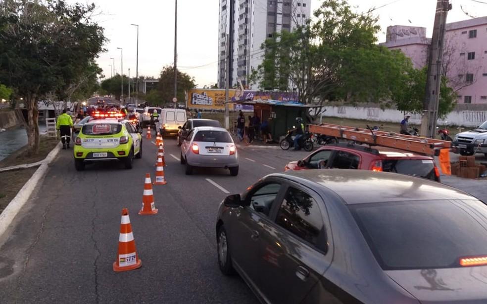 Acidente aconteceu na pista lateral ao canal do Prado, em Campina Grande — Foto: Thiago Lins / STTP