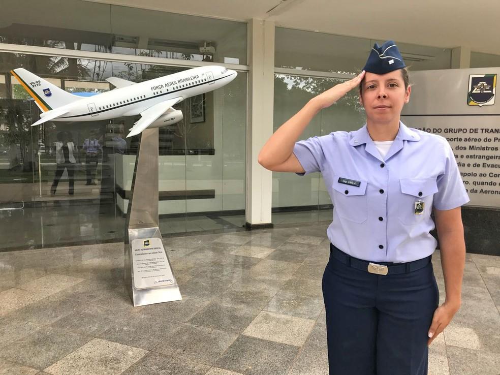 Capitão Carla Borges durante rotina de trabalho na Base Aérea de Brasília (Foto: Marília Marques/G1)