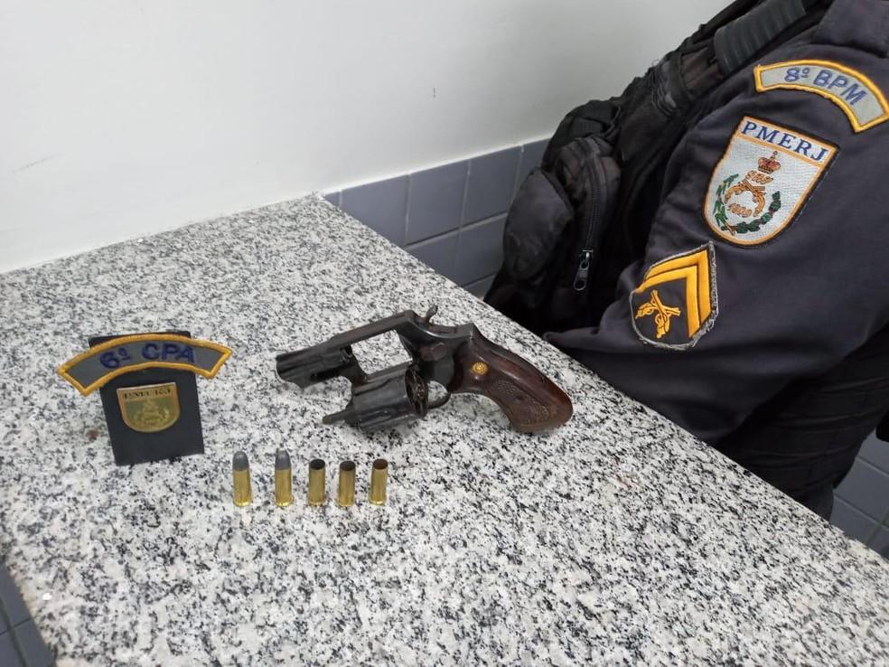 Polícia diz ter encontrado um revólver calibre 38 com homem morto em troca de tiros, em Guarus — Foto: Divulgação Polícia Militar
