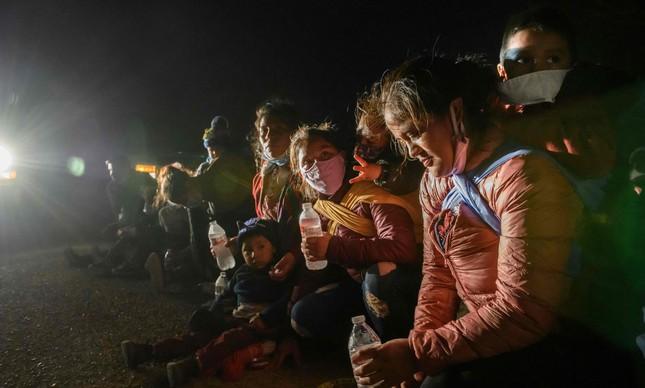 Mulheres e crianças fazem parte de caravana de migrantes que tentam entrar nos EUA