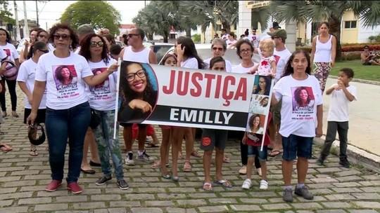 Família e amigos de vítima de homofobia fazem passeata