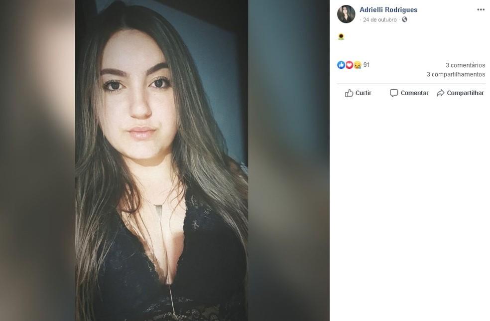 Jovem de 22 anos foi baleada quando passava de motocicleta em uma rua do centro de São Manuel  — Foto: Facebook/ reprodução