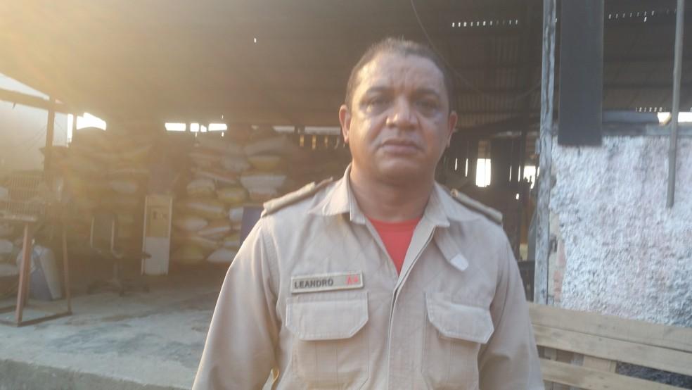 Tenente Bombeiro Leandro alertou sobre o perigo de incêndios nessa época do ano (Foto: Toni Francis/G1)