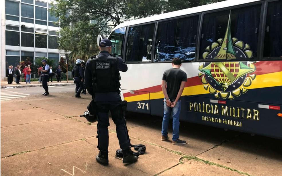 Aluno é detido e algemado durante ato de estudantes da UnB em frente ao Ministério da Educação, em Brasília (Foto: Marília Marques/G1)