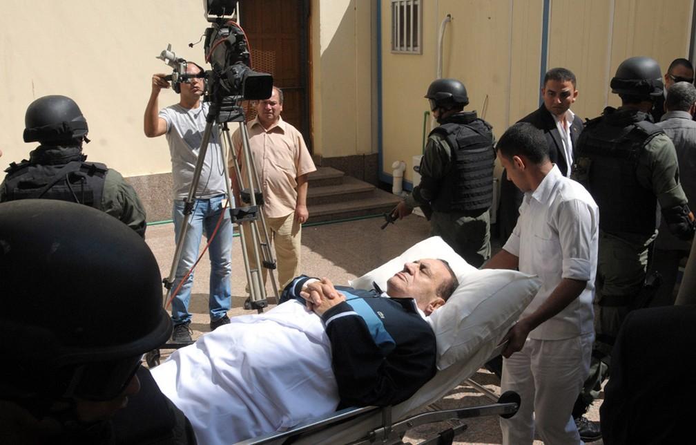 Em setembro 2011 Hosni Mubarak é levado em uma maca ao tribunal para uma sessão de seu julgamento em Cairo — Foto: Mohammed al-Law/AP