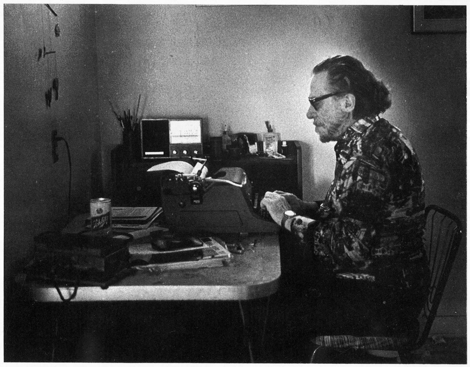 Escritor, poeta e cronista, Charles Bukowski também era um adepto das máquinas de escrever. Seu amor por elas era tanto que ele escreveu o poema IBM Selectric, mesmo nome de um modelo de máquina que tinha. Na foto, ele escreve em sua Royal HH (Foto: Reprodução)