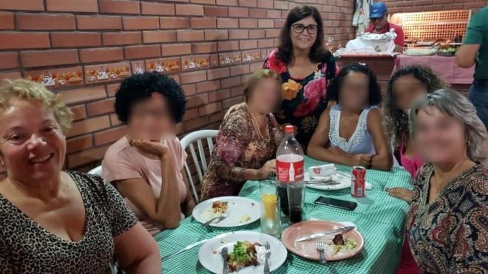 Salete (sentada) junto com irmãs e outras familiares; em pé está a aniversariante, Vera — Foto: Arquivo Pessoal