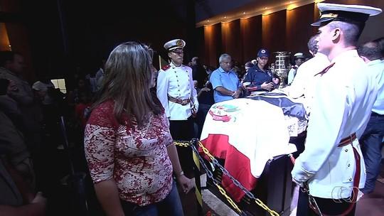 Sob salva de palmas, corpo de Zé Gomes é enterrado em Itumbiara, GO