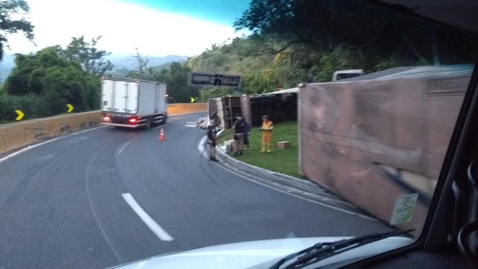 Batida entre caminhões seguida de tombamento congestiona Dutra, em Piraí (Foto: Reinaldo Maia/Arquivo Pessoal)