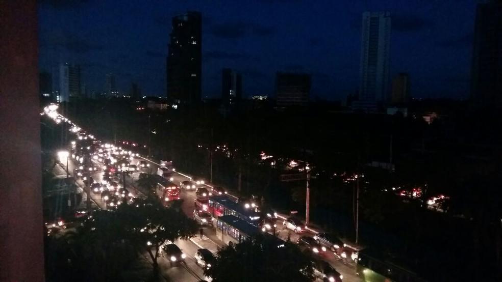 Por conta do apagão, apenas os faróis dos veículos iluminam a Avenida Agamenon Magalhães, no Recife (Foto: Robson Batista/TV Globo)
