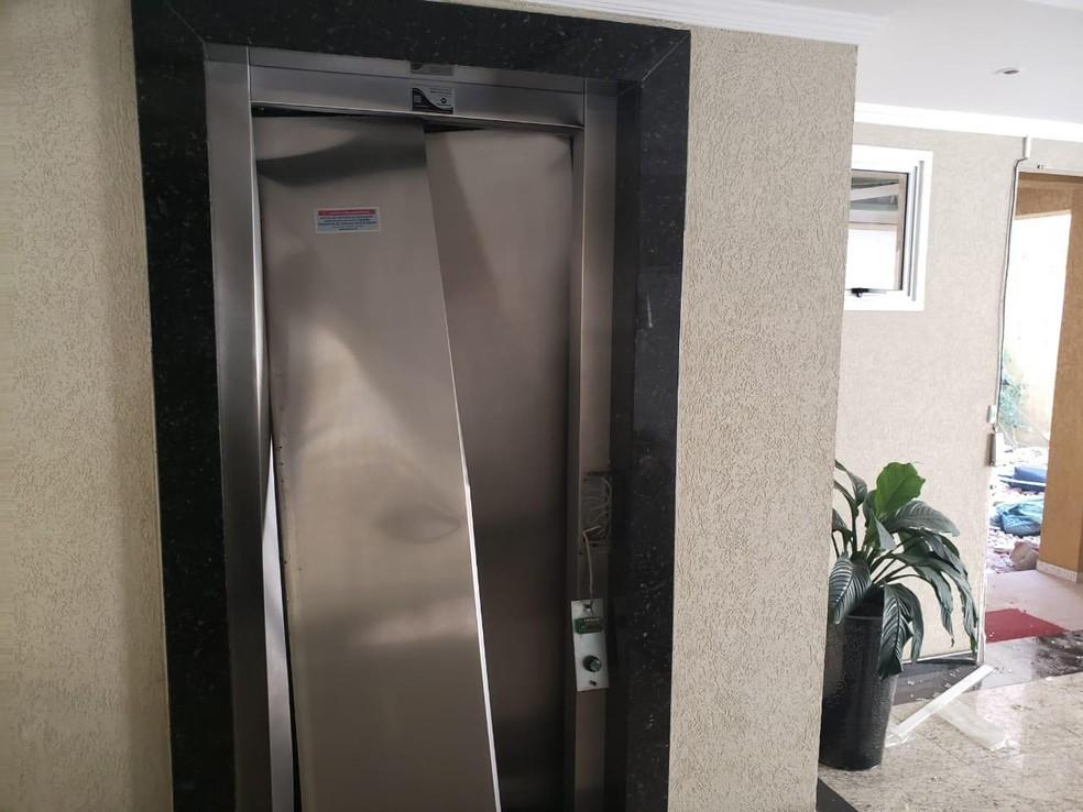 A entrada do elevador no térreo do prédio ficou bastante danificada com a explosão do apartamento no 6º andar — Foto: Arquivo Pessoal