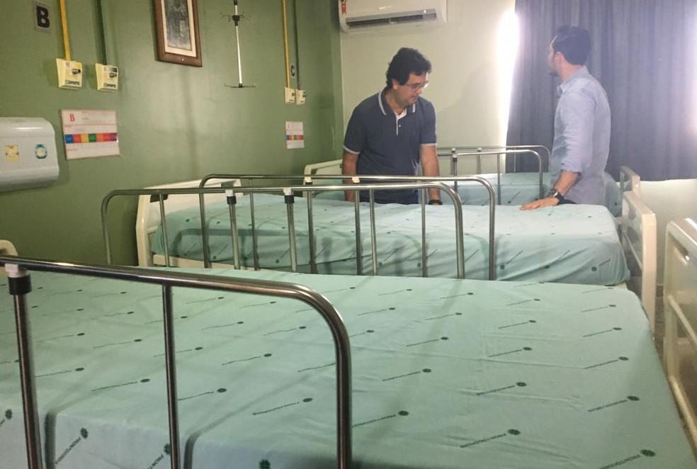Secretário de saúde de RO e diretor de hospital João Paulo II após transferencia de pacientes  — Foto: Thais Gomes/ Rede Amazônica
