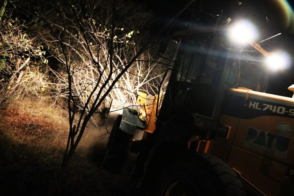 Tratores foram usados para abrir caminhos até os focos de incêndio de mais difícil acesso em meio à vegetação — Foto: CBM-RN