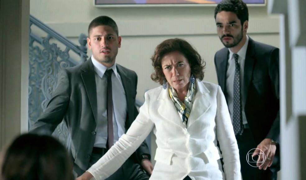 Maria Marta (Lilia Cabral) e seus filhos ficam passados com a aparência de Cora (Marjorie Estiano) - 'Império' — Foto: Globo