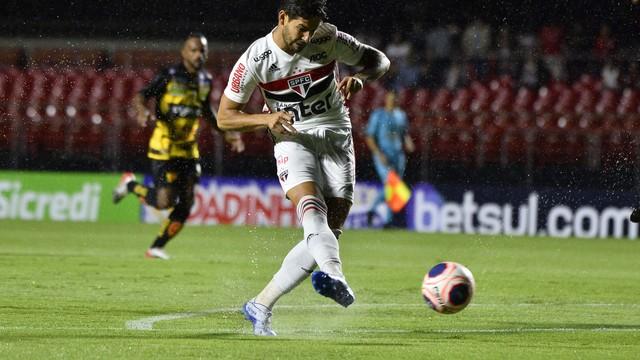 Alexandre Pato, do São Paulo, contra o Novorizontino