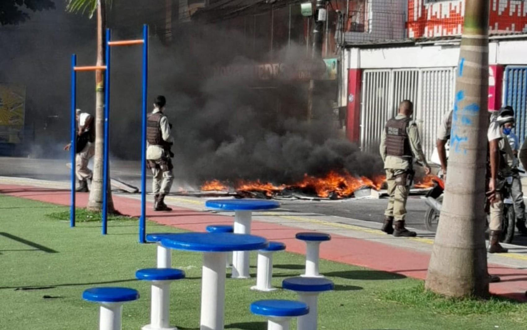 Grupo faz protesto na região do Vale das Pedrinhas, em Salvador