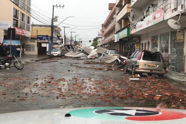 """No dia seguinte, os moradores da região registraram os estragos feitos pelo """"ciclone bomba"""" (Foto: Reprodução de rede social)"""