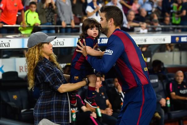 A cantora Shakira com um de seus filhos com o jogador de futebol Piqué (Foto: Getty Images)