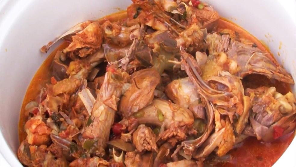 Bahia Rural ensina a fazer galinha caipira temperada com folha de alfavaca (Foto: Reprodução/TV Bahia)