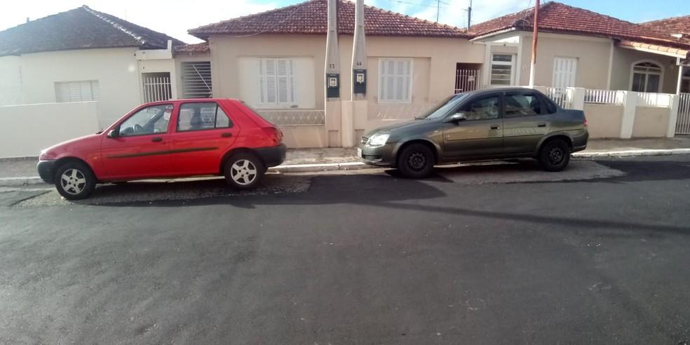 Moradores registram fotos de asfaltamento que 'contornou' carros em bairro de Itapetininga  — Foto: Gustavo Monteiro/TV TEM