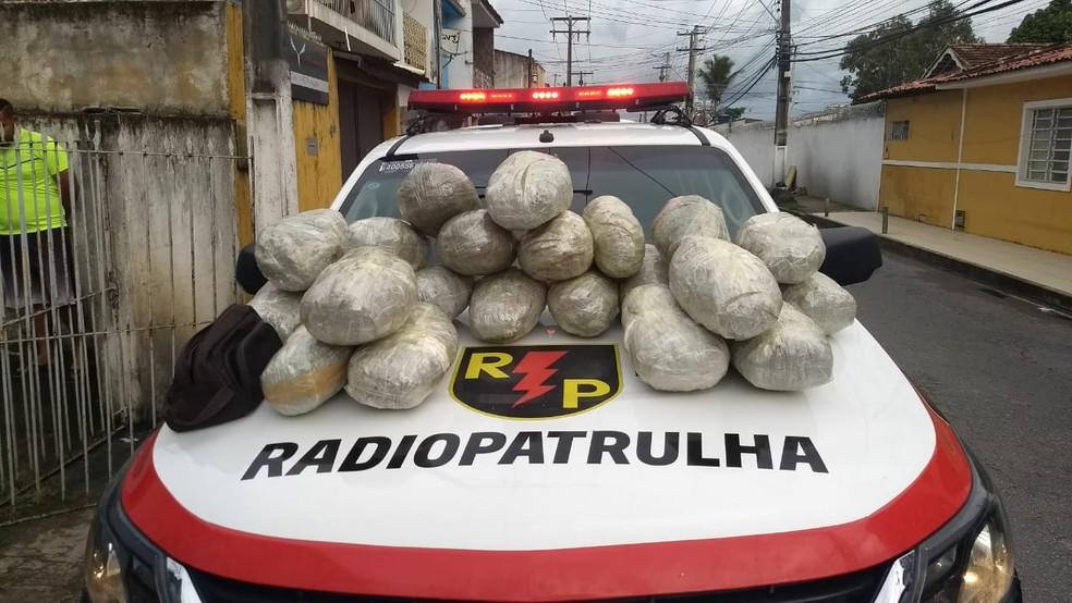 Droga que estava dentro de veículo foi apreendida pela Radiopatrulha (Foto: Divulgação/Radiopatrulha)