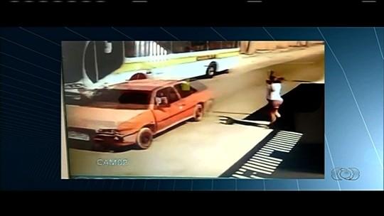 Criança é atropelada ao descer de ônibus escolar em Valparaíso de Goiás; vídeo