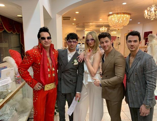 Joe Jonas e Sophie Turner se casam em Las Vegas na presença de Nick e Kevin Jonas (Foto: The Grosby Group)