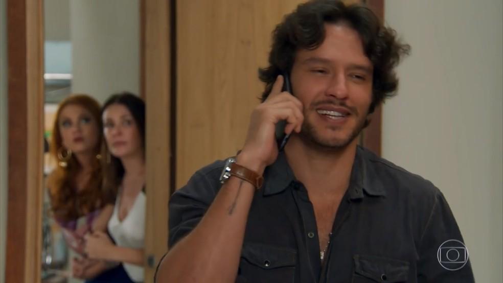Penélope (Carolina Ferraz) escuta Henrique (Nando Rodrigues) falar ao telefone - 'Haja Coração' — Foto: Globo