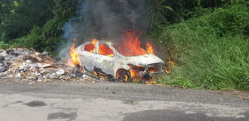 Criminosos incendiaram carro de motorista de aplicativo — Foto: Polícia Militar / Divulgação