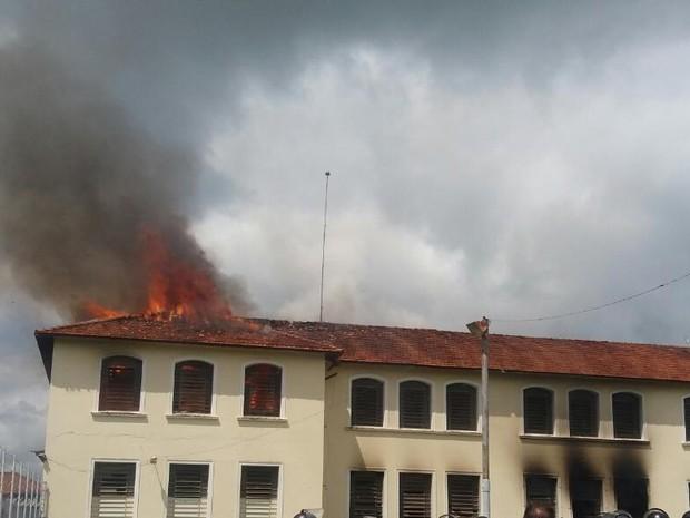 Presos atearam fogo em penitenciária (Foto: César Evaristo/TV TEM)