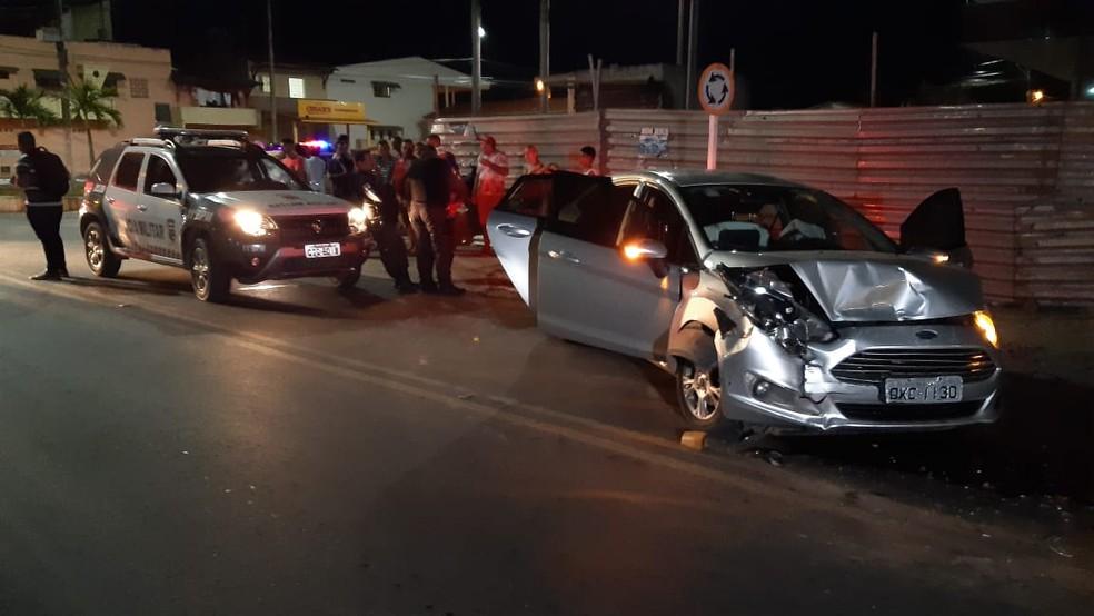 Carro usado pelos criminosos era roubado. Eles bateram o veículo enquanto fugiam da polícia na noite desta terça (10), em Macaíba, RN — Foto: Sérgio Henrique Santos/Inter TV Cabugi