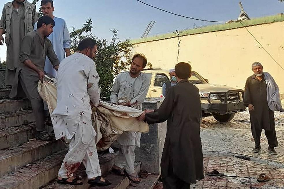 Vítima de explosão em Kunduz é carregada no Afeganistão, em 8 de outubro de 2021 — Foto: AFP
