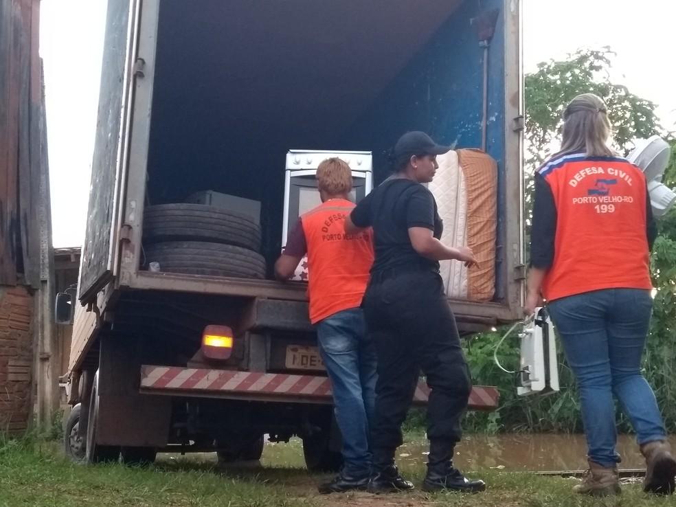 Retirada de famílias de área de risco é realizada pela Defesa Civil Municipal em Porto Velho (Foto: Toni Francis/G1)