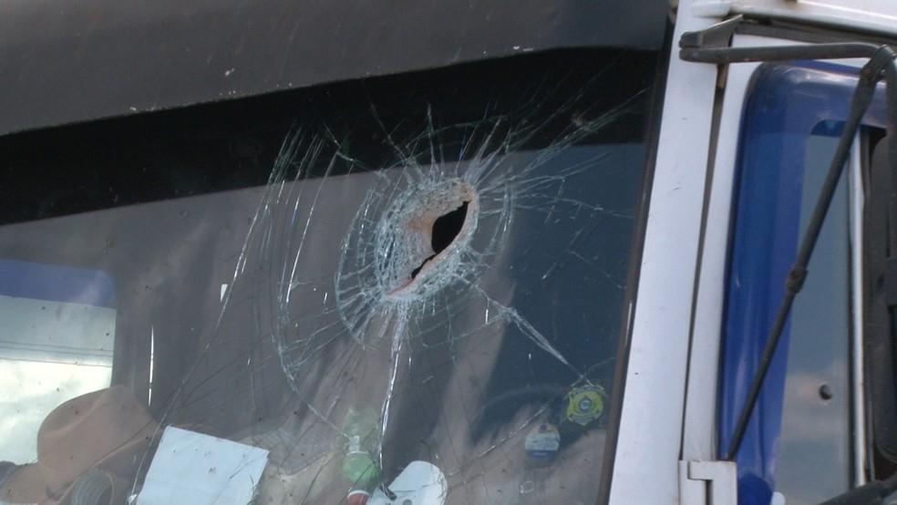 Pedra atravessou vidro e atingiu cabeça da vítima (Foto: José Manoel/Rede Amazônica)