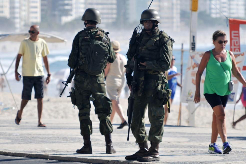 Homens das Forças Armadas fazem patrulhamento na orla de Copacabana, Zona Sul do Rio de Janeiro (RJ) em fevereiro deste ano. (Foto: Alessandro Buzas/Futura press/Estadão Conteúdo)